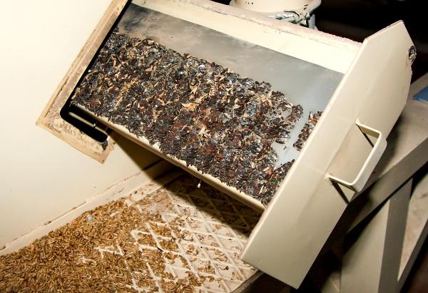 Magnetický separátor ve mlýně pokrytý kovovými šponami.
